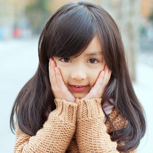 天真可爱小女孩高清图片500x500分辨率