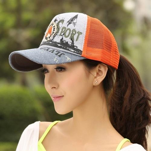 头戴棒球帽的女生高清图片:举手投足皆波澜,咫尺天涯常相忆