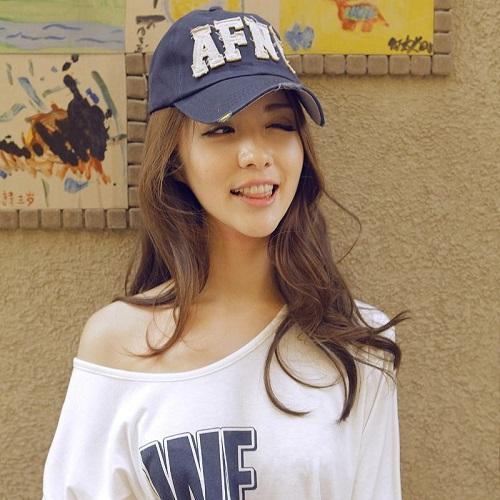 头戴棒球帽的女生高清图片:举手投足皆波澜