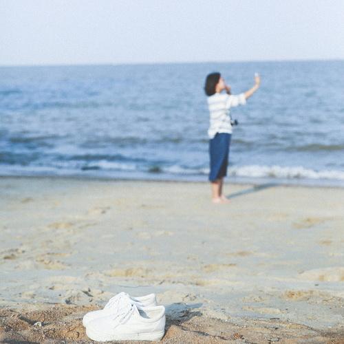 女生背影头像:海边唯美长发美女图片